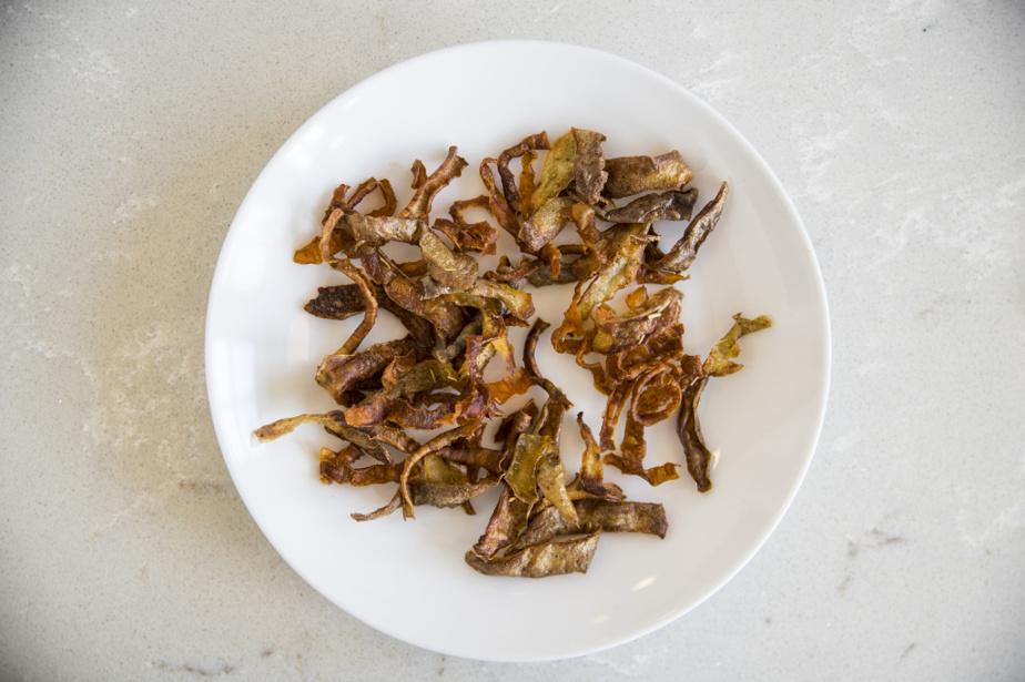 Les pelures des légumes racines ont été cuites au four jusqu'à devenir des chips croustillantes.