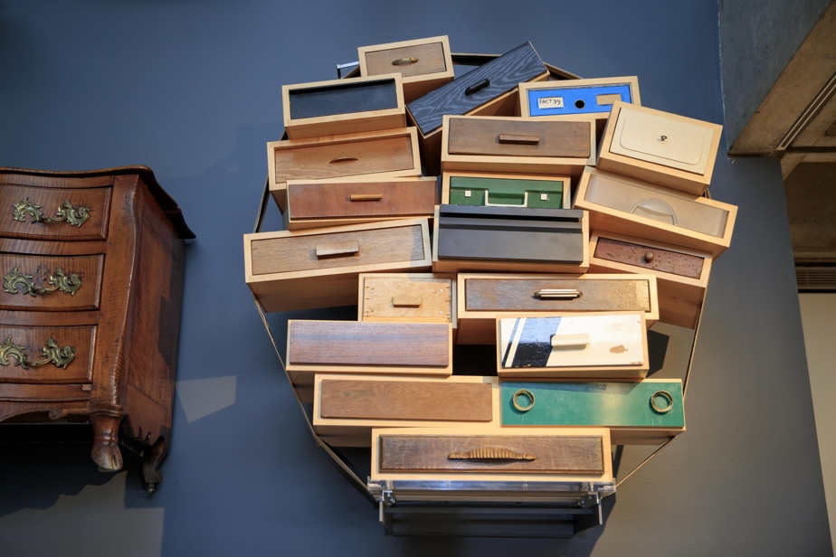 Chiffonnier You Can't Lay Down Your Memories [On ne peut se défaire de ses souvenirs], 1991, Tejo Remy (1960-), érable, tiroirs recyclés, coton. Édité par Droog Design, Amsterdam. Collection MBAM.