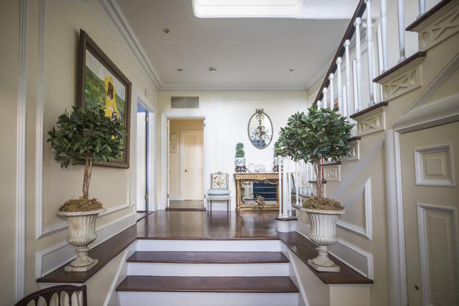 L'entrée donne le ton à la maison. On y a conservé les éléments architecturaux d'origine tout en ajoutant des atouts plus modernes.