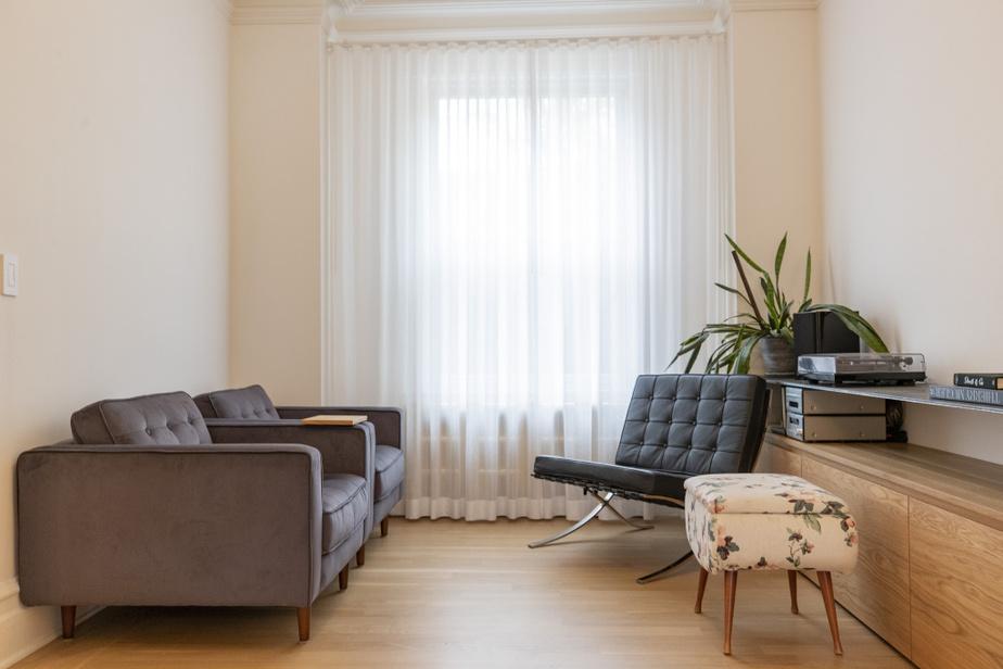 On trouve l'utilisation de mobilier intégré un peu partout dans la maison, notamment dans le salon avec sa tablette flottante en acierbrut.