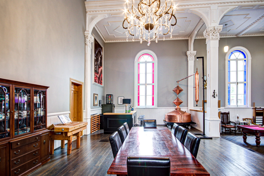 La salle à manger trône à l'endroit où se trouvait auparavant l'autel.