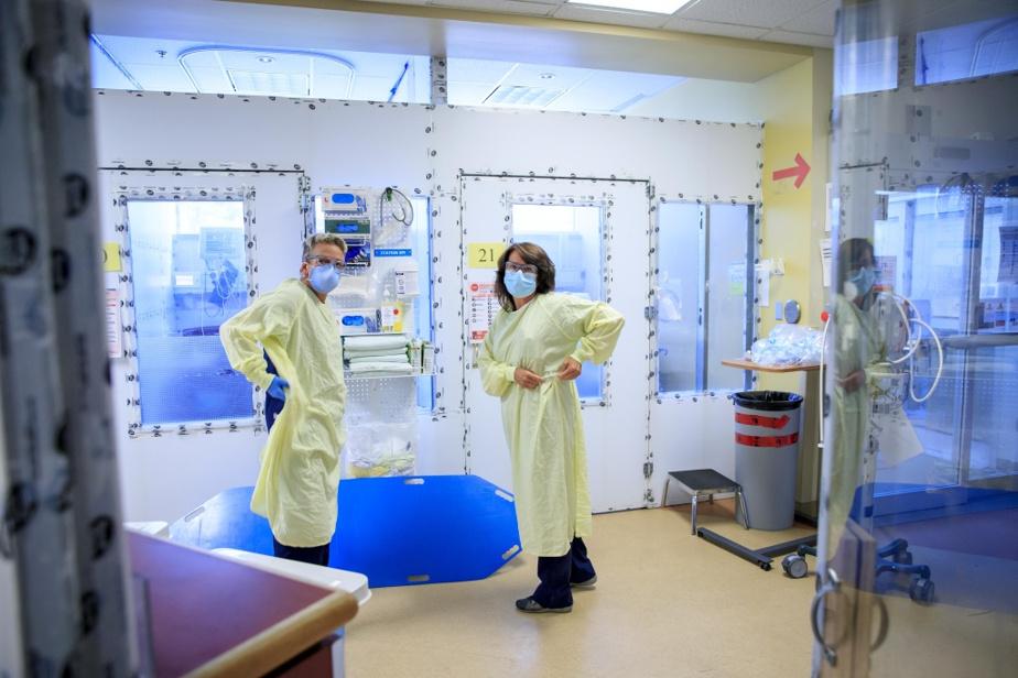 Nathalie Deneault (à droite) travaille aux urgences de l'hôpital depuis près de 35ans. L'infirmière prendra sa retraite dans six mois. Son travail, elle l'adore. «Mais je suis tannée de faire une fin de semaine sur deux. Je suis tannée que ma famille se baigne toute la journée le samedi et que moi, je n'arrive qu'à 20h, parce que j'ai dû faire des heures supplémentaires», dit-elle. Si elle le pouvait, MmeDeneault continuerait de travailler aux urgences à raison de trois ou quatre jours par semaine. «Mais pas les week-ends», dit-elle.