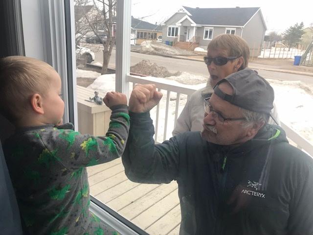 Une rencontre intergénérationnelle à l'ère de la distanciation physique: Yvon Rodgers et Martine Lambert, de Sept-Îles, rendent visite à leur petit-fils Logan, lors de la première vague de la pandémie.