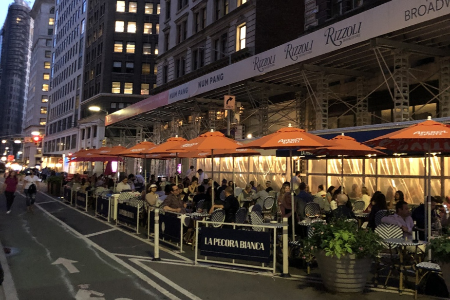 Quand les commerces voisins le permettent, les restaurants peuvent élargir leur terrasse au-delà de l'empreinte au sol du local, comme l'a fait ce restaurant, avenue Broadway, dans NoMad.