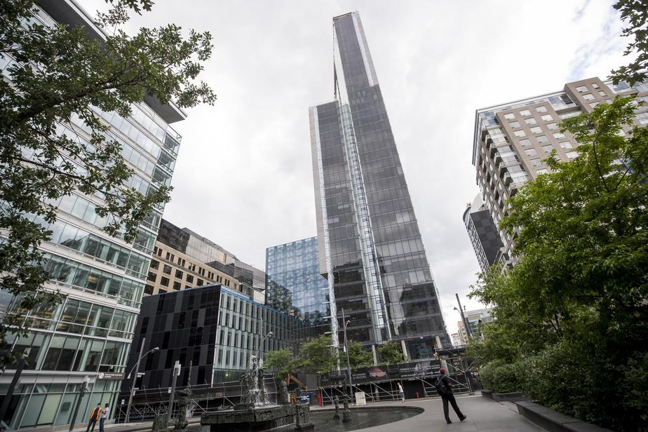 Le complexe Humaniti Montréal est encore en construction. Il s'élève en face de la place Jean-Paul-Riopelle, à l'intersection du Quartier des spectacles et du Vieux-Montréal.