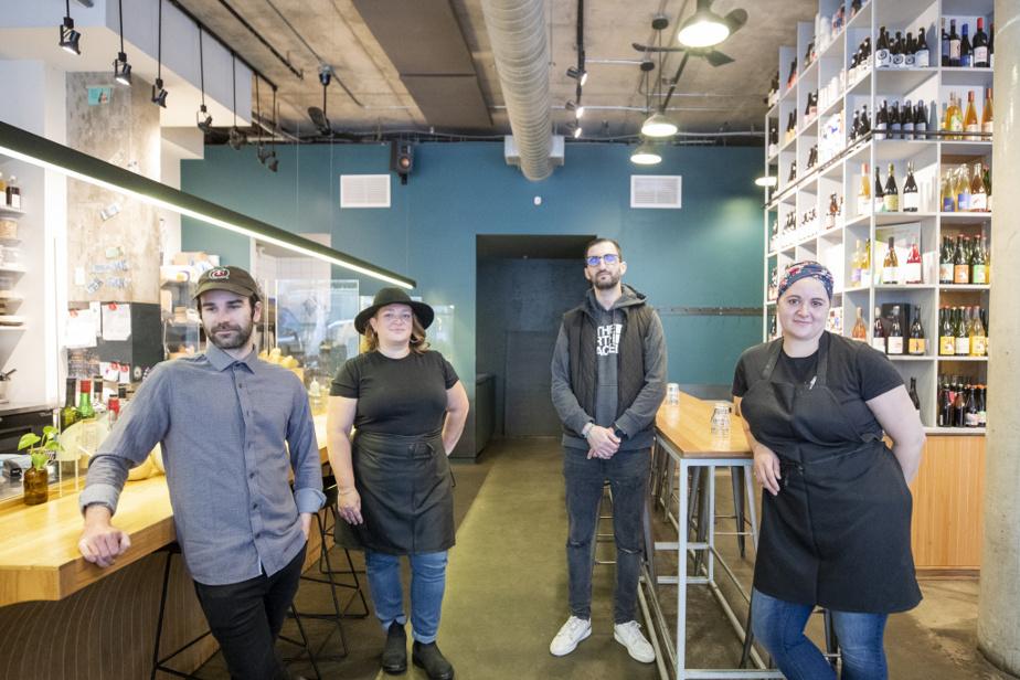 Une petite équipe s'active en salle et en cuisine: Simon Day Michaud, Esther Renaud, Manson Mesdour et la cheffe Caroline Roy.