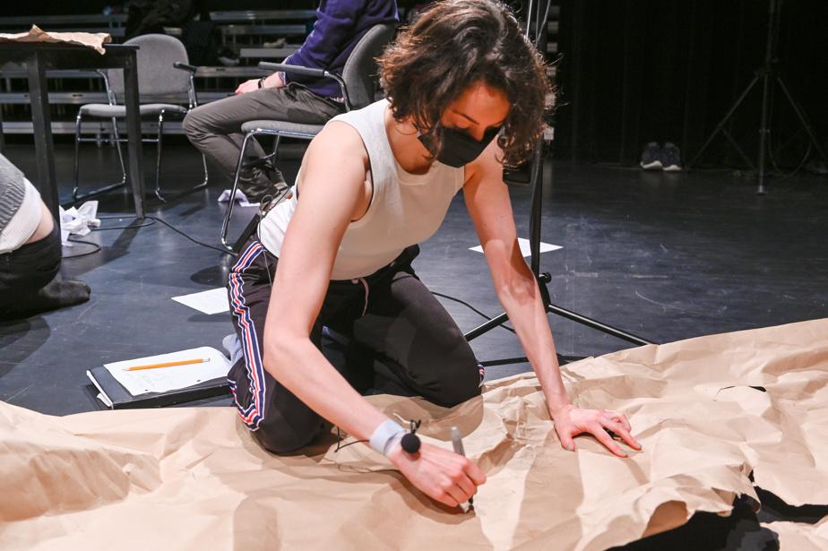 La chorégraphe Laurie-Anne Langis lors de la résidence artistique d'Audrey-Anne Bouchard pour Fragments