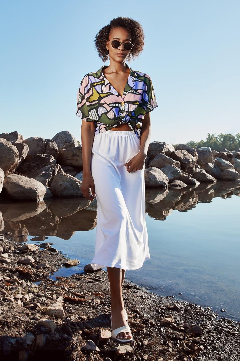 Un joli imprimé exclusif à Marigold orne la chemise à manches courtes Lily-Jane (159$), fabriquée en crêpe de polyester.