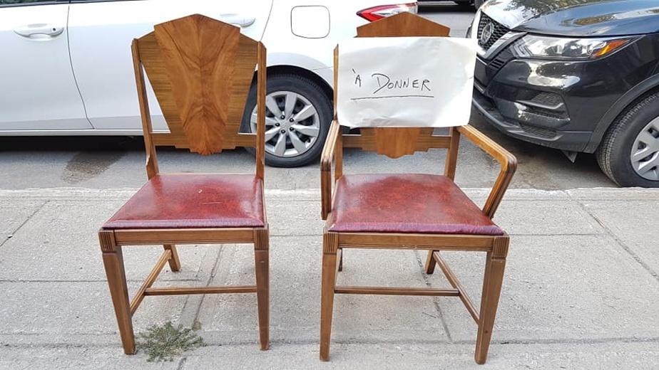 Les très classiques chaises à donner. La désinfection et le passage à la vapeur chaude sont hautement préconisés.