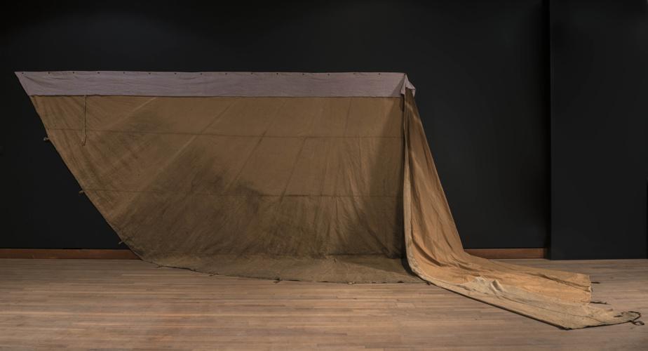 Un cadeau de Doreen, 2016‐2019, Duane Linklater (1976-), toile teinte à la main, toile de tipi, extrait de bleuet, œillets, clous. Collection MBAM.
