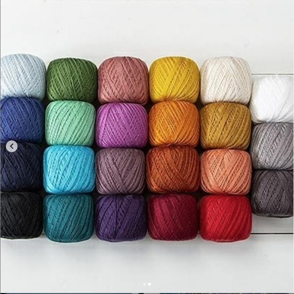 Les pelotes de laine utilisées par l'artisane