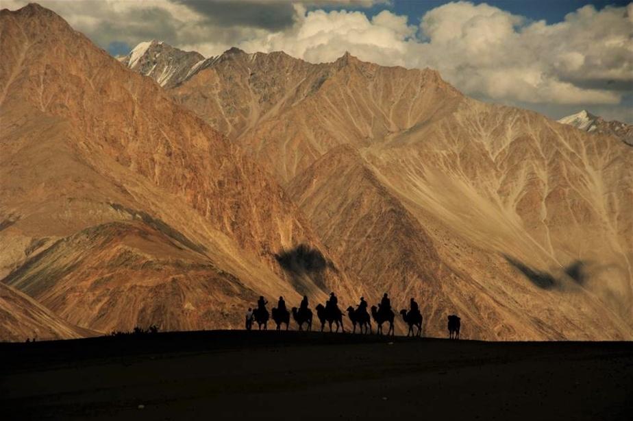 «Le Ladakh est selon moi une des dernières frontières, témoigne Christian Léger. Un petit Tibet enclavé dans la région indienne de l'Himalaya. On m'avait parlé de ses monastères bouddhistes touchant le ciel, de ses paysages d'ocre et de mauve, de ses vallées verdoyantes, de ses treks...» Il s'y est rendu en 2017pour une virée de 10 jours après un cours de moto.