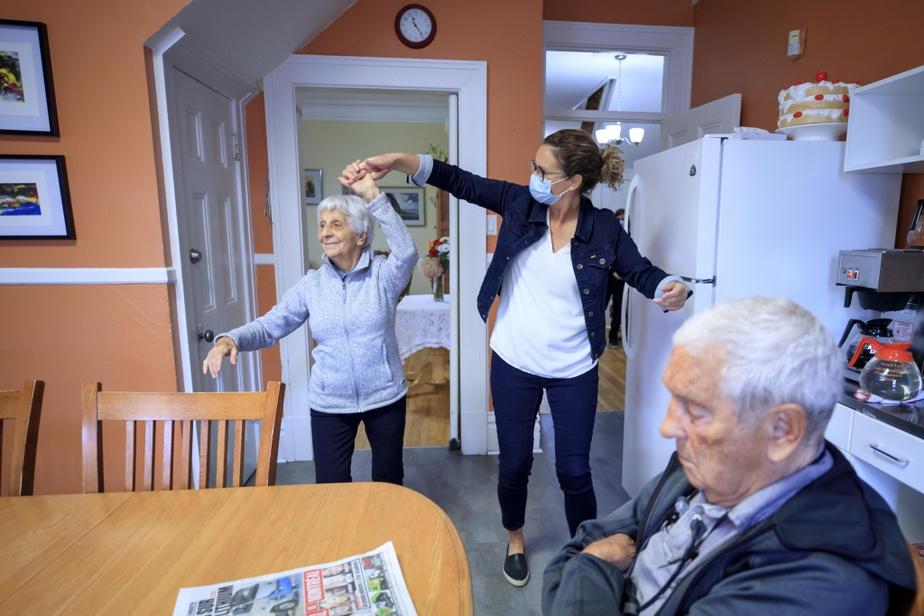 On lance la musique. Et les deux femmes se mettent à danser. MmeGauthier retrouve aussitôt son sourire. Au bout de quelques minutes, elle repart en marchant, l'air détendu. «Connaître nos résidants, ça nous permet de faire ce genre de chose», dit MmePoirier.