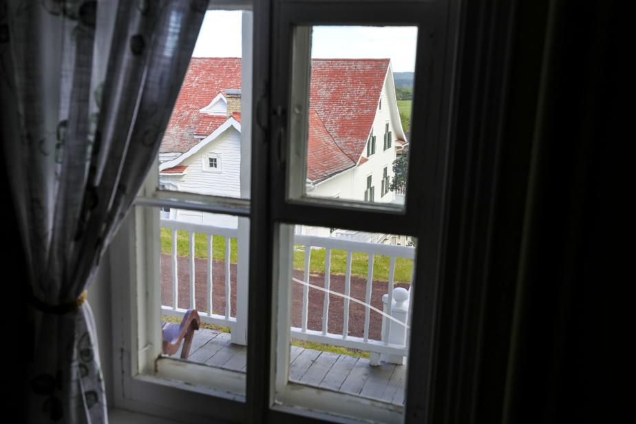De l'étage, on a la vue sur la Maison Chapais, bâtiment patrimonial situé tout à côté de la Maison de Jean-Baptiste.