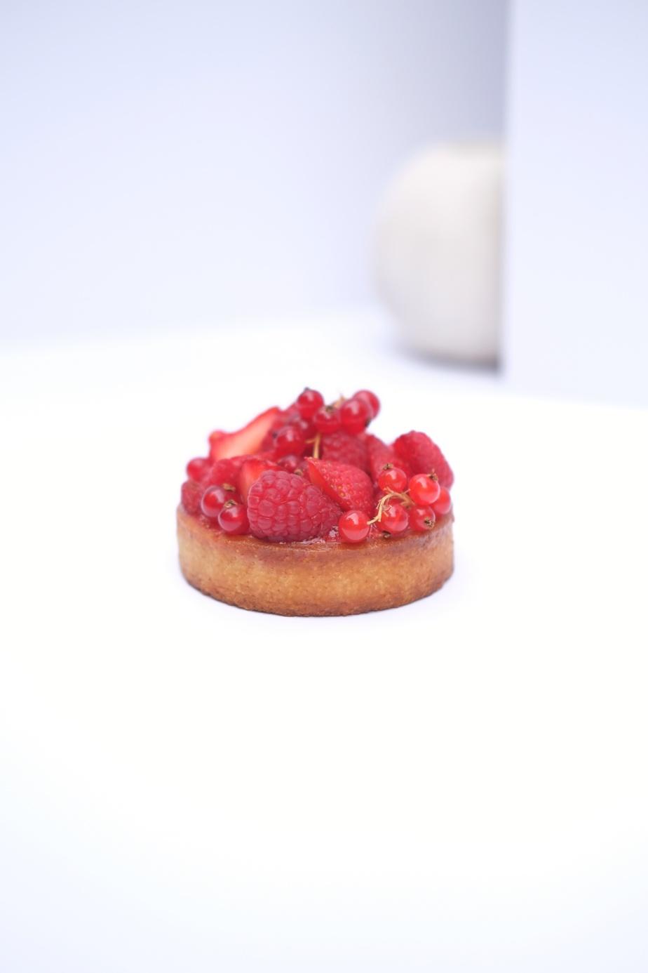 Fruits rouges et pistache: pâte sucrée, crème de pistache, chantilly pistache, confit de fruits rouges, fruits rouges frais.
