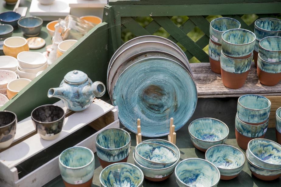 Plusieurs étals ont une couleur ou des motifs dominants. Sur celui d'Annie Fournier, c'est ce bleu tirant sur le turquoise qui attire l'attention.