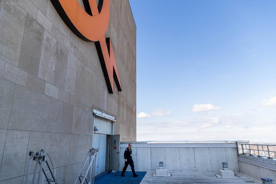 Jonathan Houle, agent de sécurité chez Hydro-Québec, fait sa ronde de surveillance sur le toit du siège social, à Montréal.