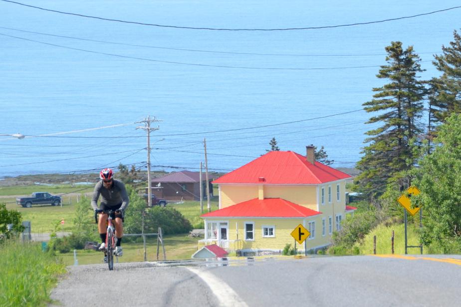 «Le tour de la Gaspésie à vélo: 600km de paysages et des gens extraordinaires! En passant par le parc de la Gaspésie, Mont-Saint-Pierre, le parc Forillon, le Rocher Percé, la Baie-des-Chaleurs et… les fruits de mer! Pour les cyclistes, les routes sont généralement très belles avec un accotement suffisamment sécuritaire. Avis aux cyclistes… c'est à faire au moins une fois dans sa vie.» — Carmen Cayouette