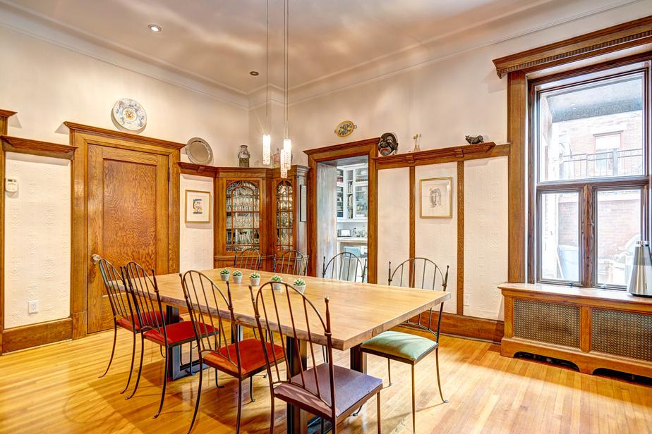 Les murs peints de couleur pâle rehaussent les éléments en chêne. «On s'est questionné pour savoir si on éclaircissait les boiseries pour qu'elles ne soient pas ostentatoires, mais on a préféré les conserver afin de garder le cachet historique authentique et chaleureux», explique Julie Desrosiers.