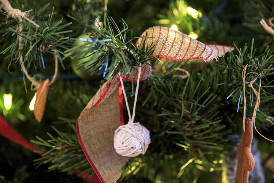 Un large ruban est simplement noué autour de quelques branches. Recyclez les rubans des cadeaux passés pour une version zéro déchet.