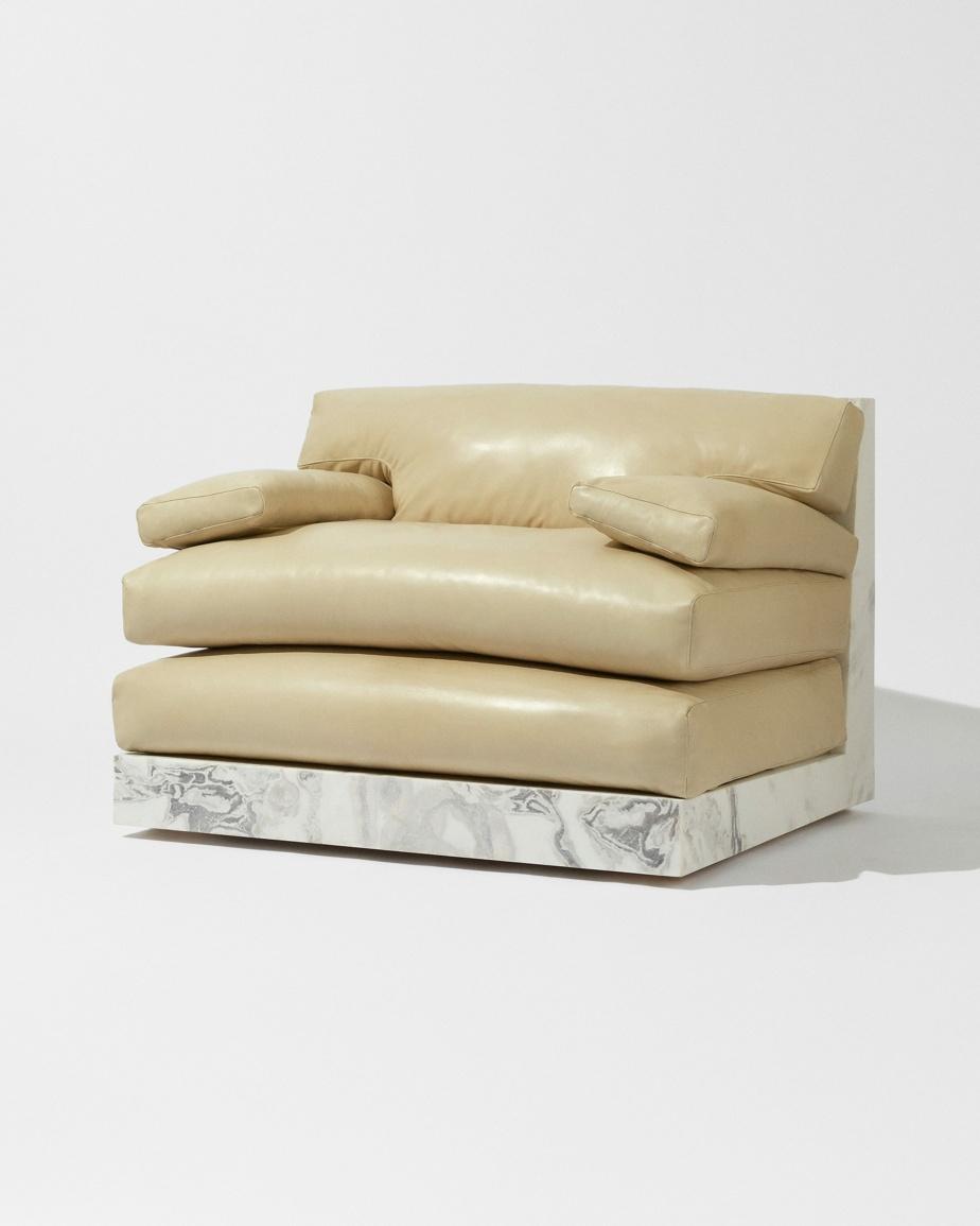 Solidement campée sur son socle de quartz, la Lazy Chair du Studio Kiff revisite une pièce classique de mobilier tout confort, à laquelle elle confère élégance et modernité.
