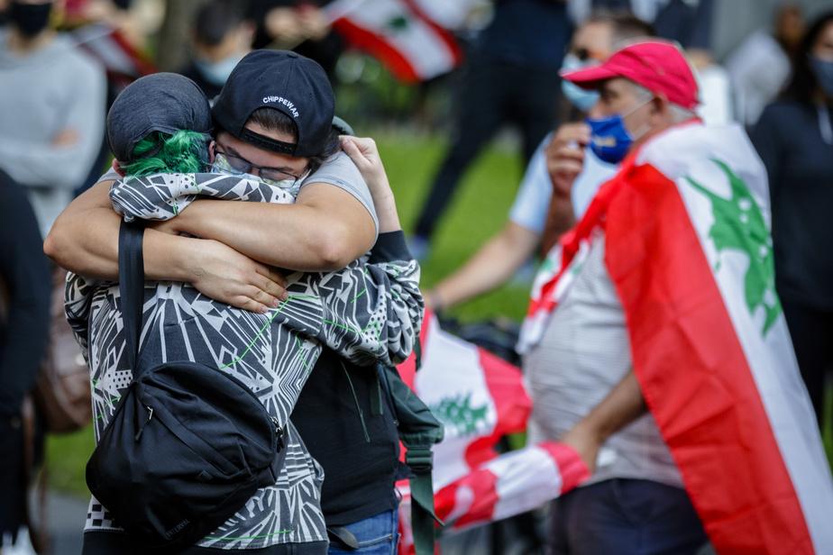 Des membres de la diaspora libanaise, mais aussi des Montréalais de toutes les origines, ont rendu un hommage aux victimes.