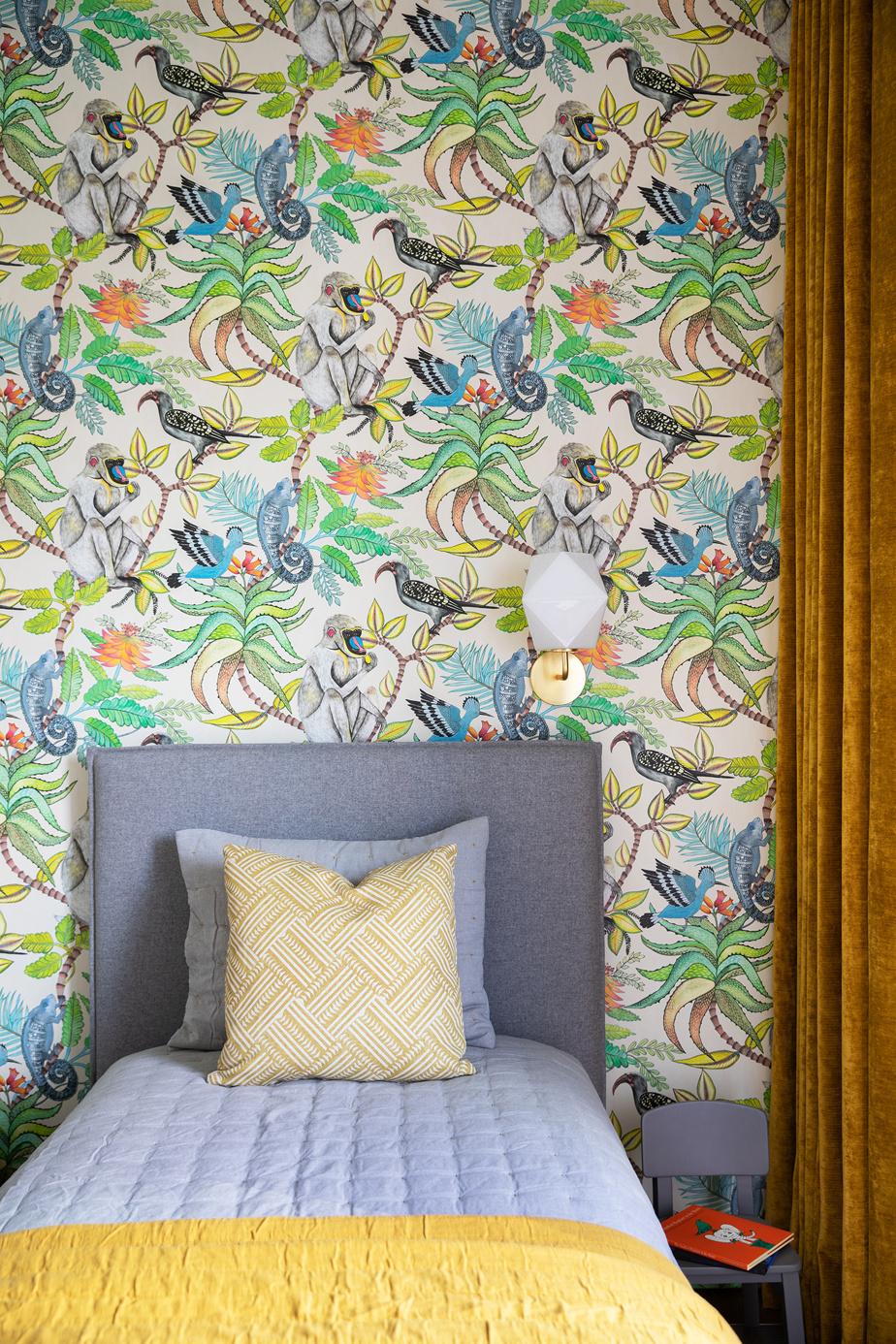 La tête du lit et sa base sont d'un gris neutre, qui passera à travers le temps, fait remarquer Richard Ouellette, de l'agence Les Ensembliers. La chambre d'enfant est égayée par le couvre-lit jaune et le papier-peint coloré.