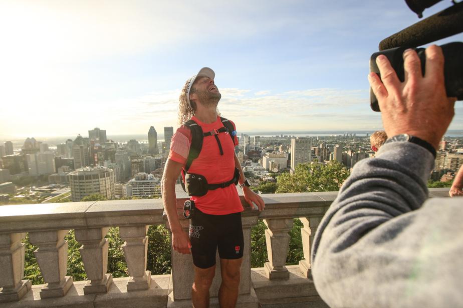 L'ultramarathonien Joan Roch à son arrivée au belvédère du mont Royal