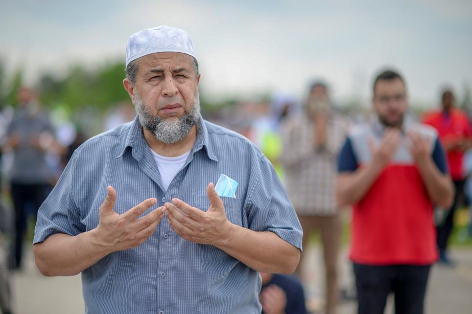 Un homme de confession musulmane en train de prier
