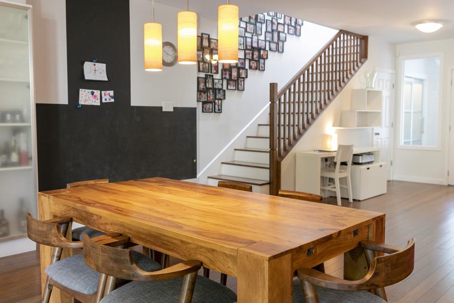 Les propriétaires ont changé le sens de l'escalier pour que sa pente soit plus douce. Il rythme l'espace côté salle à manger et ses contremarches peintes en blanc l'allègent.