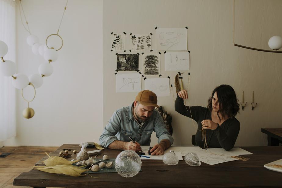 Audrée Larose et Félix Guyon créent leurs luminaires dans leur studio de Verchères.