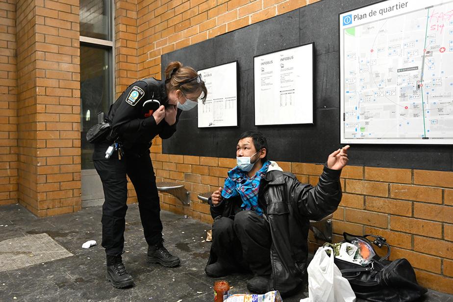 La policière Sophie Bellemarre, de l'Équipe métro d'intervention et de concertation du Service de police de la Ville de Montréal, discute avec un sans-abri dans un édicule de la station Atwater.