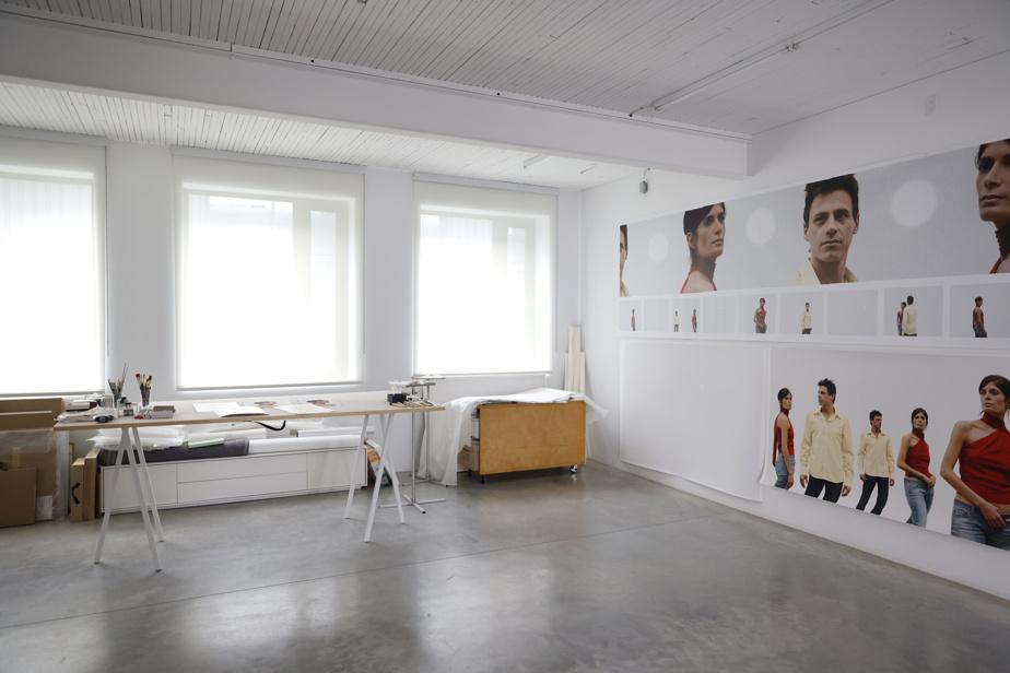 Dans l'atelier de Geneviève Cadieux, on remarque en premier lieu l'ordre des choses et, ensuite, les photographies préparatoires de Barcelone, son œuvre la plus monumentale jamais réalisée à l'extérieur.
