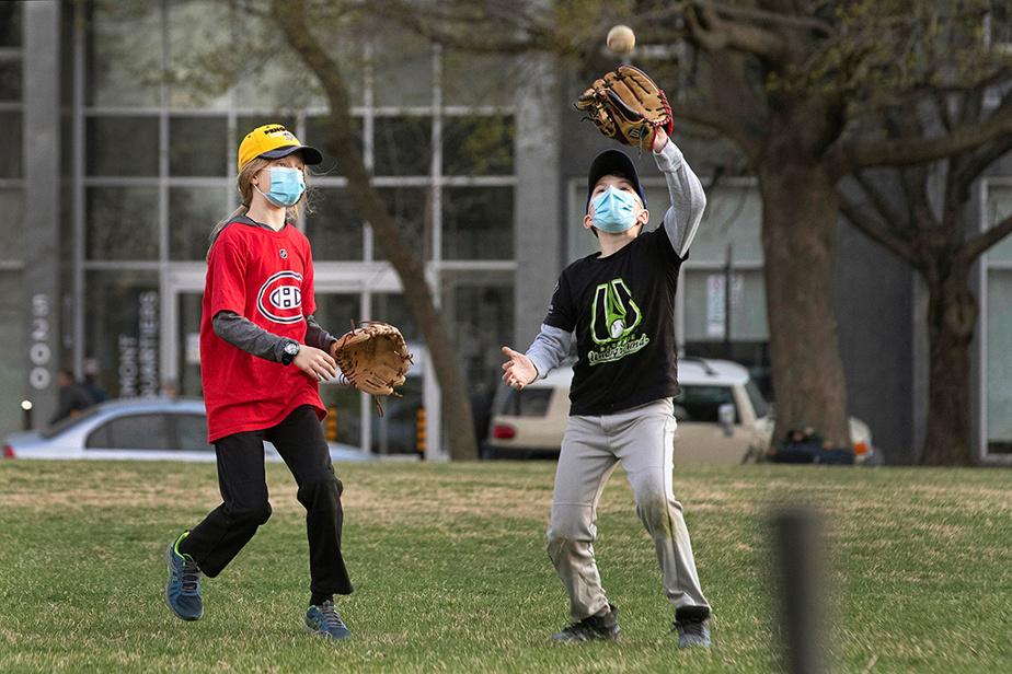 De jeunes joueurs de baseball s'entraînent au parc du Pélican, dans Rosemont.