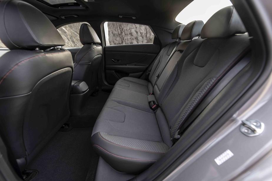 Les places arrière spacieuses peuvent accueillir deux adultes normalement constitués.