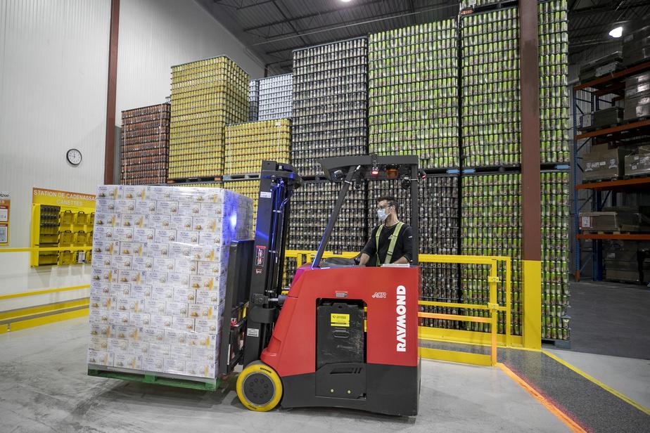 Depuis quelques semaines, de nouveaux équipements sont en mesure de remplir 350canettes à la minute juste à côté des cuves de fermentation à l'usine de Chambly.