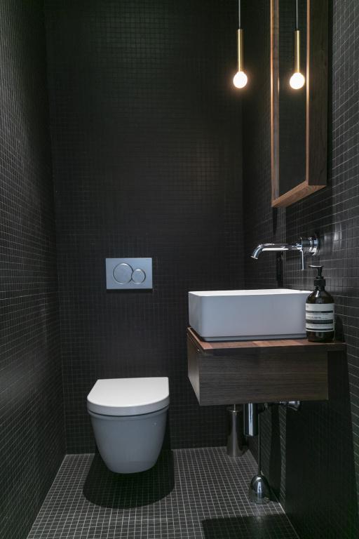 La petite salle d'eau attenante à l'entrée. Les travaux ont été réalisés par l'entrepreneur Le Pierre rénovation.