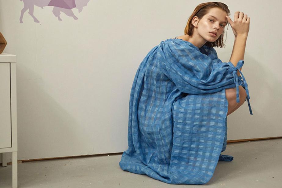 La robe Madlyn (370$) est de retour pour l'été dans un lin vichy bleu pervenche semi-transparent.