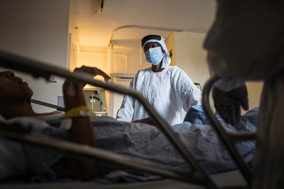 28avril2020. La préposée aux bénéficiaires Jeannie Nzeyimanale travaille à la résidence LaSalle, dans l'ouest de Montréal. En pleine crise, elle donne des soins à une personne âgée de l'établissement.