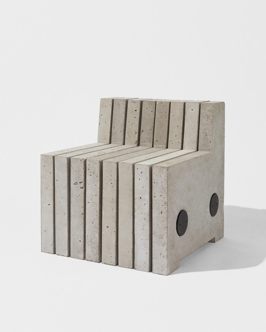 Conçu par Jean-Michel Gadoua et Guillaume Ménard, ce banc de béton s'inscrit dans un style brut et minimaliste caractéristique d'Éditions8888. Il se décompose en panneaux pour former une sculpture libre.