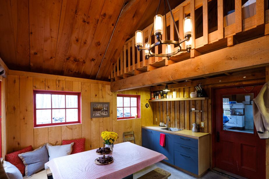 Dans la cabane à sucre, la propriétaire a conçu une table qui se transforme en lit de grande taille (queen) pour les parents et a créé une mezzanine qui sert de dortoir aux enfants.