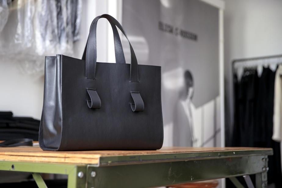 Les sacs sont fabriqués par une maroquinière, à Montréal. Ce sac signature, le plus cher, est entièrement doublé et se détaille 1190$.