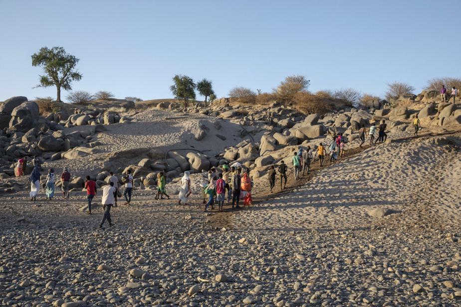 Après avoir franchi la rivière, des réfugiés se rendent au camp le plus proche, à Hamdayet, dans l'est du Soudan.