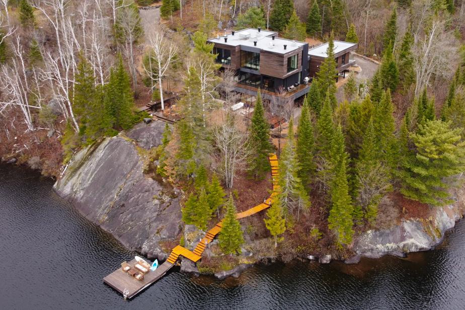 La maison est nichée dans un univers boisé privé et très intime compte tenu de la taille de chaque terrain. Les voisins sont loin et devraient le rester puisque le nombre de propriétés dans ce domaine est limité. Il est impossible de bâtir de l'autre côté du lac. Un coin secret dans la montagne, pourtant à quelques minutes du village et du mont Avalanche.