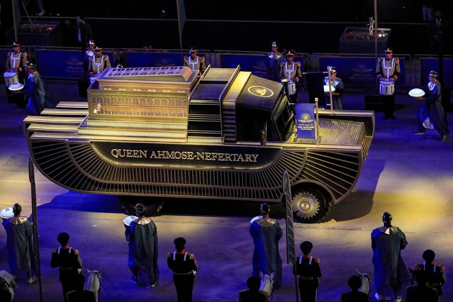 Le véhicule transportant la dépouille de la reine Ahmès-Néfertari.