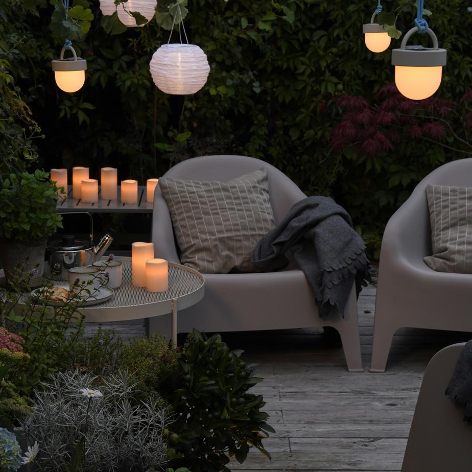 Le soir, l'atmosphère se transforme au gré des éléments lumineux intégrés un peu partout. «L'éclairage crée le sentiment d'être en vacances, souligne Heena Saini, d'IKEA Canada. Il permet de profiter pleinement des longues soirées d'été, que l'on aime tant.»