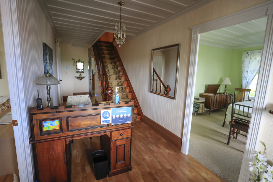 Une petite réception accueille les clients au rez-de-chaussée. Des cinq chambres, quatre sont situées à l'étage.
