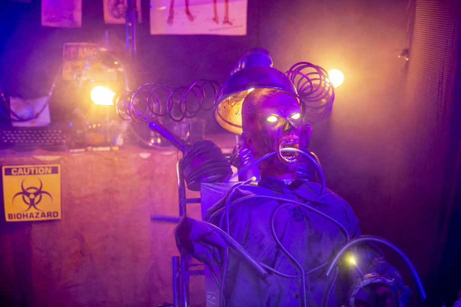 Le décor comprend plusieurs personnages animés, qui bougent et émettent des sons terrifiants.
