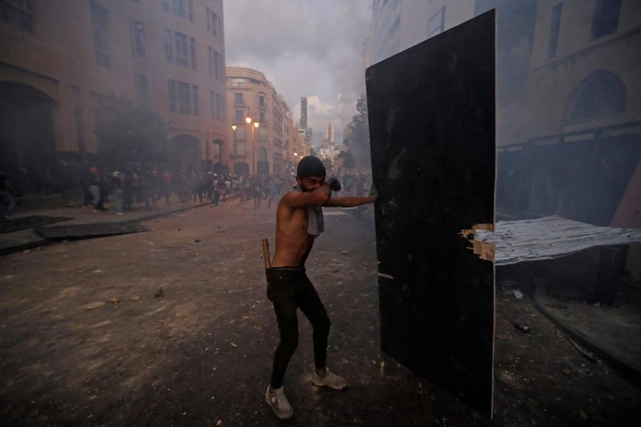 Dimanche soir, le centre-ville de Beyrouth était toujours le théâtre d'affrontements entre les forces de l'ordre et des manifestants déterminés à forcer l'enceinte du parlement.