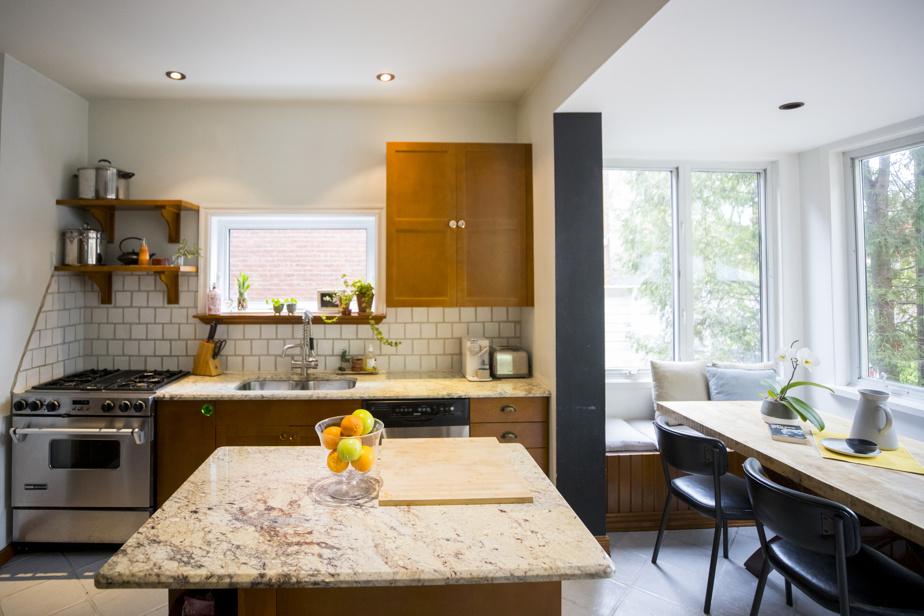 La cuisine a été refaite par les propriétaires à leur arrivée. À leurs yeux, les rénovations faites par les occupants précédents avaient dénaturé le style de la maison.